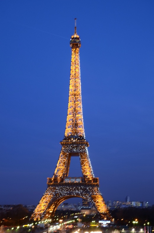 7 pm Eiffel Tower with the twinkling lights