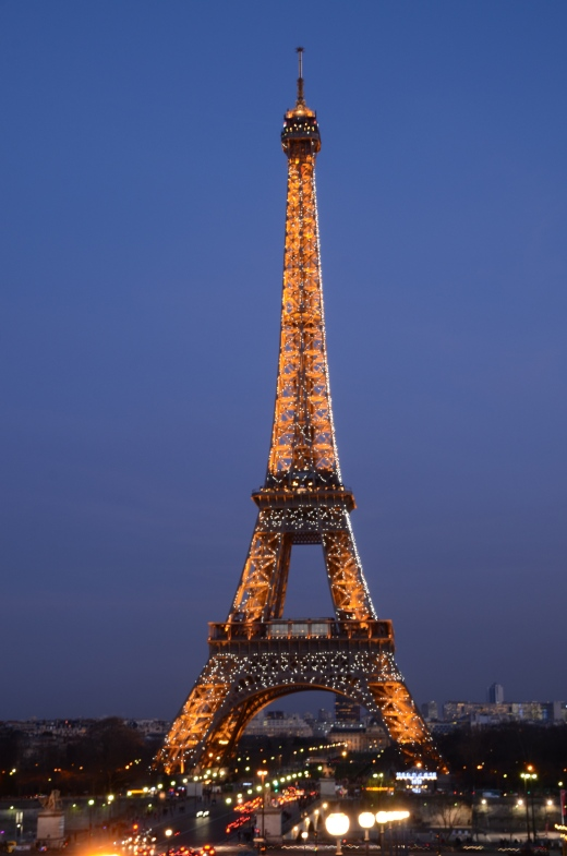 Eiffel Tower at 7 pm with the sparkling lights