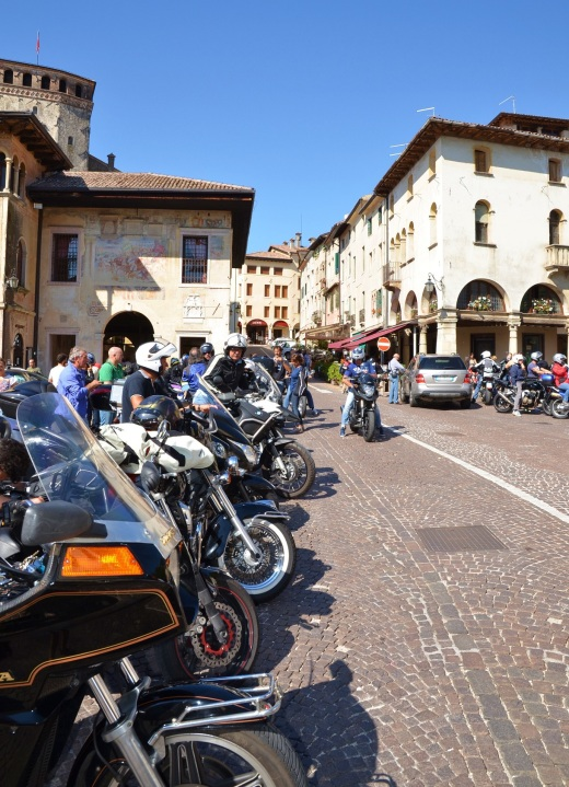 When we arrived, the Asolo square was full of motorcyclists